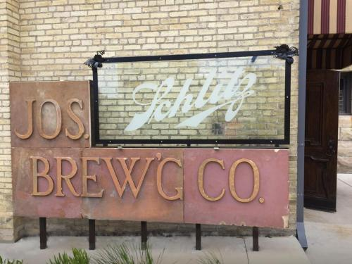 SIGN Brown Bottle Schlitz